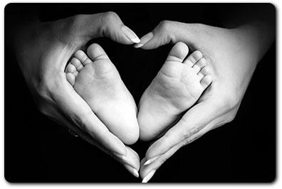 Surrogacy - babys-feet-in-mothers-hands